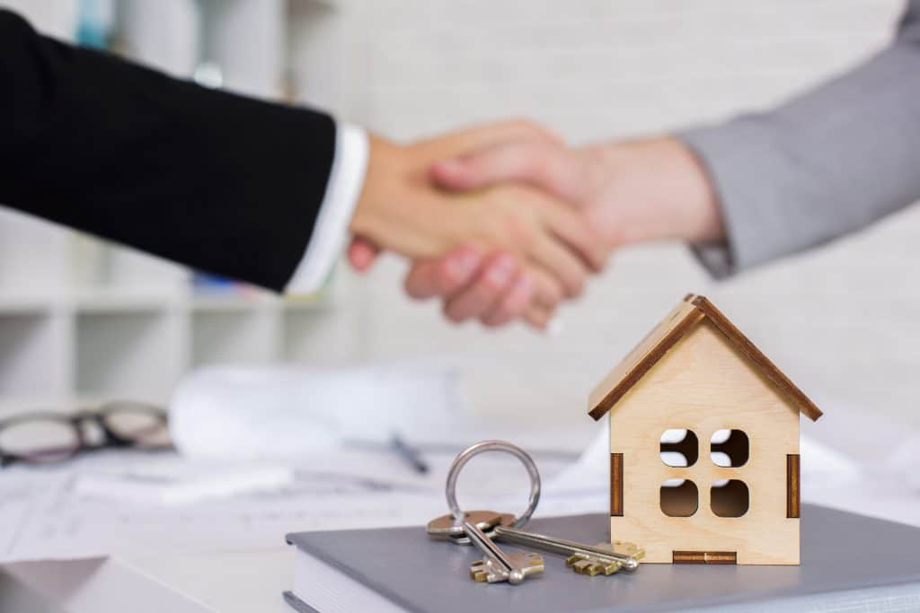 shaking hands| What makes a good property manager
